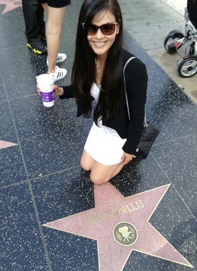 Xuân Thùy cũng đặt chân đến Hollywood, kinh đô điện ảnh cô từng khao khát đến. Nữ diễn viên tạo dạng trên Đại lộ Danh Vọng