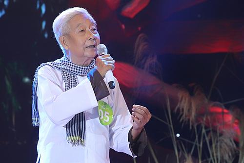 Cụ Nguyễn Thế Anh hát Ngẫu hứng lý qua cầu trong đêm thi.