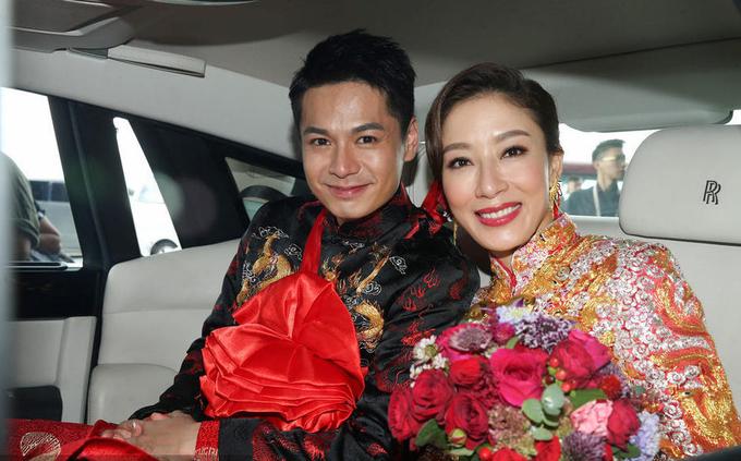 Dương Di đeo vàng đầy tay, hôn chồng trẻ trong đám cưới