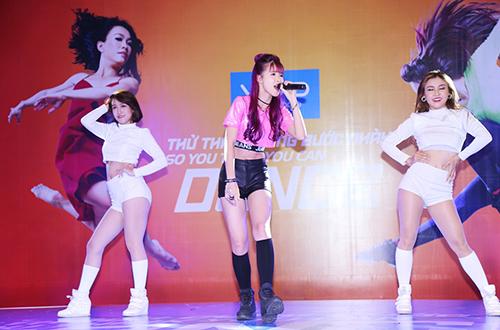 hoang-thuy-linh-dien-jumpsuit-ngan-nhay-sexy-5
