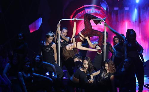 21h tại TP HCM, đêm chung kết Vietnams Next Top Model mở đầu với phần trình diễn của ca sĩ Hoàng Thùy Linh trong ca khúc mang chủ đề của chương trình - Break the rules. Cô diện crop top cut-out khoe eo và những bước nhảy sôi động cùng vũ đoàn Hoàng Thông.