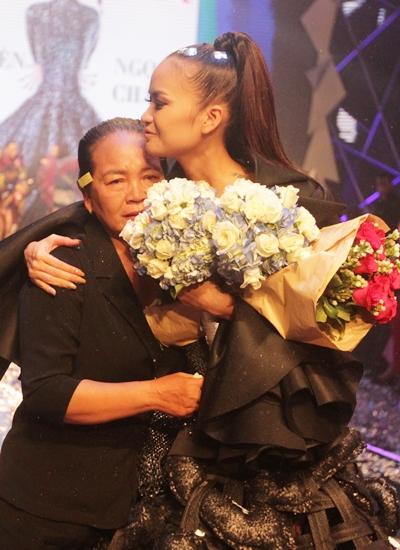 Mẹ Ngọc Châu ôm con gái xúc động trong đêm chung kết. Ảnh: Mai Nhật.