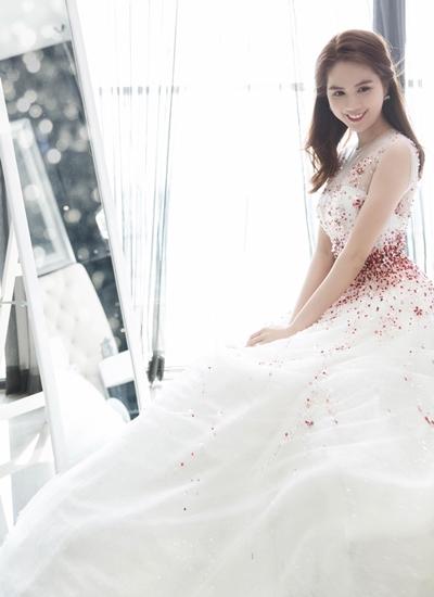 Tác giả bộ váy tiết lộ, thù lao để Ngọc Trinh chi trả cho anh khi thiết kế bộ váy này là khoảng 30 triệu đồng.