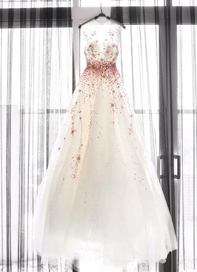 Nhà thiết kế trẻ cho biết, quy trình thực hiện chiếc váy này khá kỹ lưỡng. Đầu tiên, anh lên ý tưởng, sau đó phác thảo nhiều mẫu váy lên bản vẽ, chọn bản ưng ý nhất và gửi Ngọc Trinh để người đẹp duyệt qua. Sau khi được chấp thuận, anh cùng