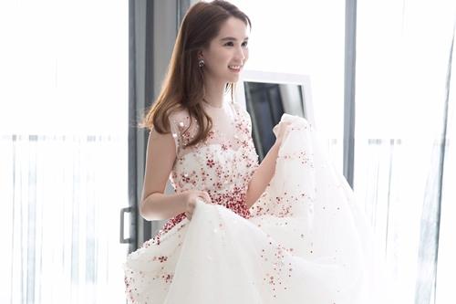 Nhà thiết kế cho biết, sự cầu kỳ của chiếc váy nằm ở việc phải đính những hạt giả pha lê màu đỏ và trắng với nhiều hình thù