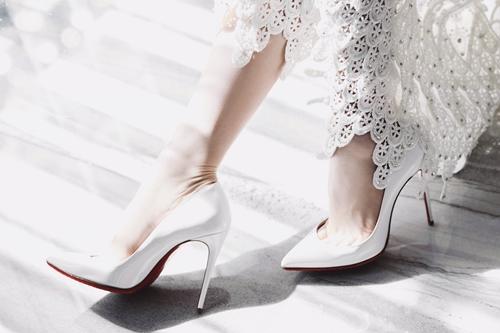 Đỗ Long cũng là người giúp Ngọc Trinh chọn thêm các phụ kiện để có một set đồ thống nhất, với giày hiệu Dior và ví của Louboutin.
