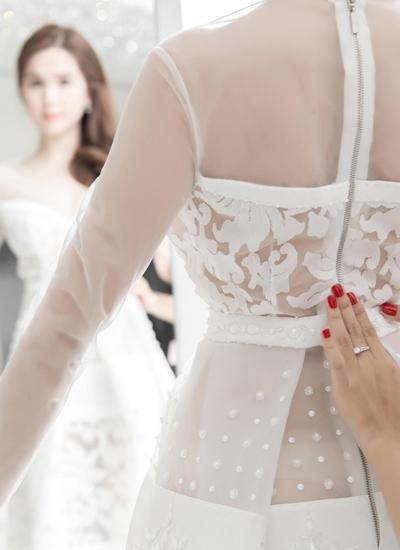 Ngoài bộ váy chính kiểu công chúa, Đỗ Long còn chuẩn bị cho Ngọc Trinh 6 bộ trang phục màu trắng, phối ren lưới và được thiết kế bằng rất nhiều chất liệu.