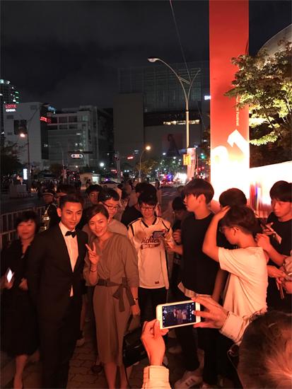 Khi kết thúc buổi lễ, đông đảo khán giả Hàn đã vây kín Isaac để chụp hình  chung và xin chữ ký. Ngày mai, phim  Tấm Cám- Chuyện chưa kể sẽ chính thức  công chiếu tại Liên hoan phim, Isaac sẽ tham gia bưởi trả lời phỏng vấn truyền  thông về phim và dự lễ trao giải  A raising Star Award nằm trong khuôn khổ của  Liên Hoan phim.