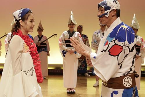 Cô cũng đến với câu lạc bộ múa Awadoori và nhảy múa suốt trong đêm