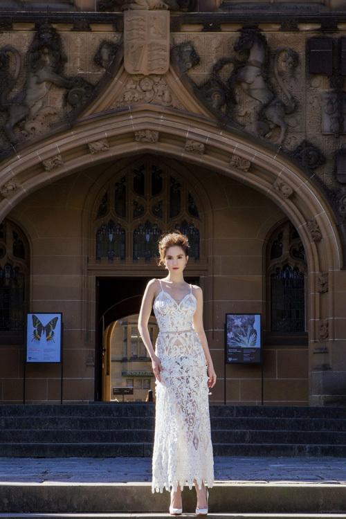 Ngọc Trinh mặc váy xuyên thấu giữa trời xanh Sydney