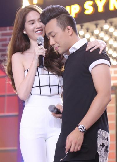 Trong tập 10 gameshow thi hát nhép, Ngọc Trinh và Trấn Thành tiếp tục dẫn dắt chương trình. Khi bất ngờ được người mẫu bât