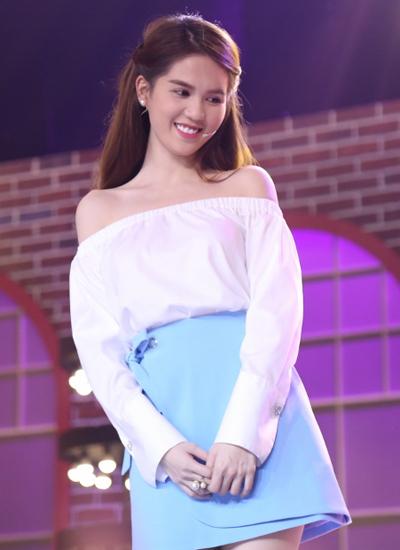 Cô diện đầm hở vai nữ tính với váy xanh pastel.