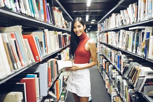Hoàng Thùy tại thư viện của trường.