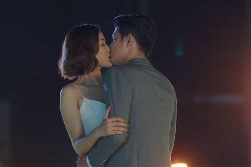 Vốn là bạn bè thân thiết, Huy Khánh và Maya không bị áp lực với cảnh hôn nhau trên cầu, thậm chí diễn khá nhập tâm. Huy Khánh hài hước cho biết anh phải chơi chiêu bằng cách