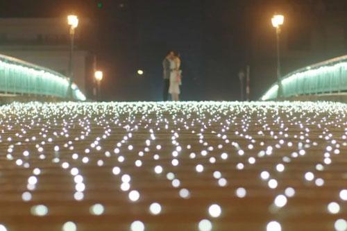 Cảnh quay thắp đèn trên cầu được sự giúp đỡ