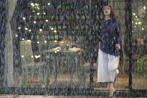 Phân cảnh Huy Khánh cầu hôn Maya trong mưa tuyết cũng tốn nhiều công sức. Khi quay, trời bắt đầu đổ mưa, những hạt xốp giả tuyết nặng hơn khiến