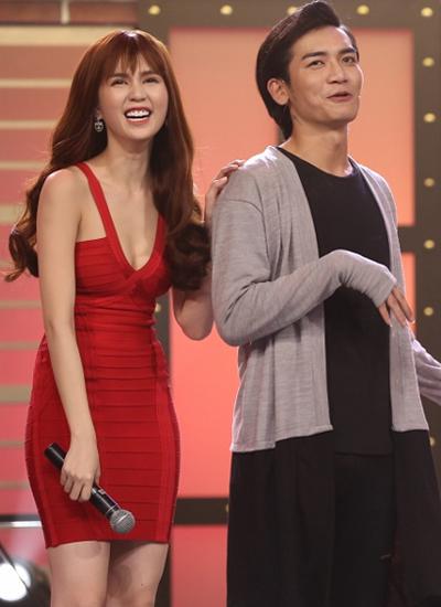 Ngọc Trinh cũng khiến khán giả bật cười khi trêu chọc nam diễn viên trẻ BB Trần: Tại sao bình thường em là con gái mà hôm nay em ...giả trai vậy