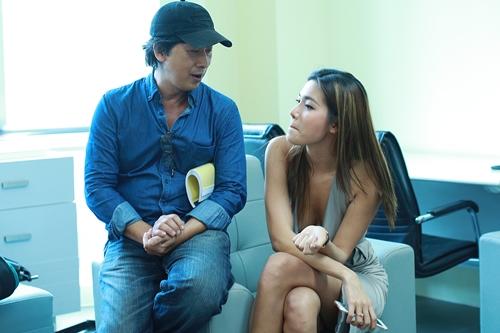 Đạo diễn Lưu Huỳnh (trái) trao đổi với diễn viên trên trường quay. Phim Người tình được quay