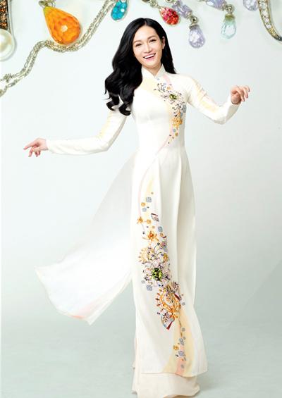 Bên cạnh hoạ tiết độc đáo, bộ sưu tập áo dài của Thái Tuấn còn thu hút bởi bố cục hoa văn tinh tế cùng cách xử lý màu sắc khéo léo và hài hoà.