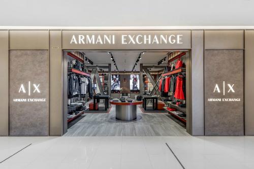 Armani Exchange (gọi tắt A/X) là một trong các thương hiệu thời trang thuộc sở hữu bởi tập đoàn Giorgio Armani S.p.A do Giorgio Armani sáng lập năm 1991. Năm nay, Armani Exchange đánh dấu bước ngoặc lớn tại thị trường Việt Nam khi ra mắt cửa hàng có diện tích hơn 110m2 với thiết kế hiện đại, lấy cảm hứng từ kiến trúc công nghiệp đương đại. Các nhà kiến trúc sử dụng những vật liệu mạnh mẽ như thép nguyên chất, gỗ lâu năm và xi măng thô, tái hiện nền công nghiệp tiêu biểu của một thế hệ trẻ năng động ở New York.