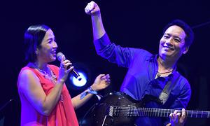 Mỹ Linh tình tứ bên chồng, chê Huy Tuấn hát dở ở Lễ hội 'Gió mùa'