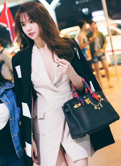 Trước đó, tối 21/10, cô ra sân bay  sang Seoul