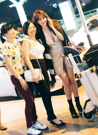 Một số khán giả nhận ra Ngọc Trinh khi cô đẩy xe hành lý.