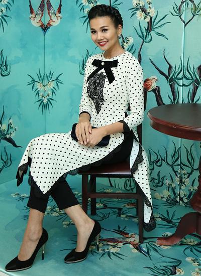 Người mẫu Thanh Hằng chọn áo dài cách điệu với họa tiết chấm bi bắt mắt của nhà thiết kê Tú Ngô & Nguyễn Minh Phúc