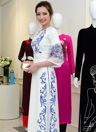 Người mẫu Trúc Diễm diện một thiết kế với họa tiết gốm sứ của Adrian Anh Tuấn.