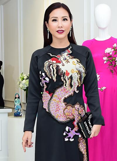 Hoa hậu Phu nhân Thế giới người Việt 2014 Thu Hoài với trang phục của nhà thiết kế Thủy Nguyễn.