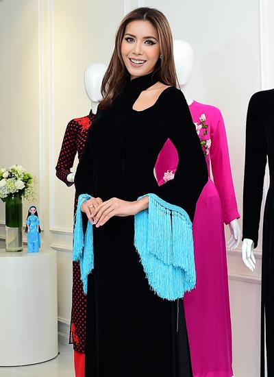 Người mẫu Minh Tú mặc áo dài của Hà Linh Thư với phần ống tay tua rua cách điệu.