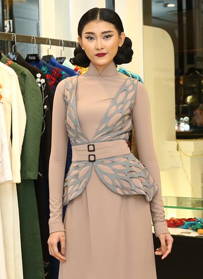 Người mẫu Kim Nhung mặc thiết kế hình cánh bướm của Công Trí.