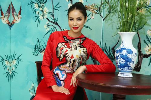 Hoa hậu Phạm Hương diện áo dài của nhà thiết kế Thủy Nguyễn. Điểm nhấn của tổng thể trang phục là chiếc trâm cài đầu đính ngọc trai cỡ lớn