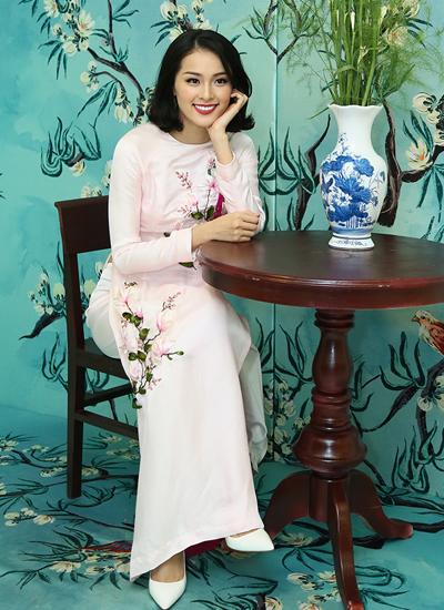 Người mẫu Hạ Vi chọn áo dài hồng pastel của nhà thiết kế Tùng Vũ.