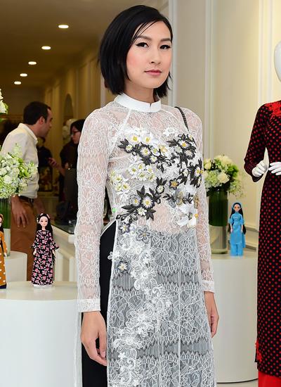 Diễn viên Kathy Uyên gợi cảm với thiết kế xuyên thấu của Thủy Nguyễn.