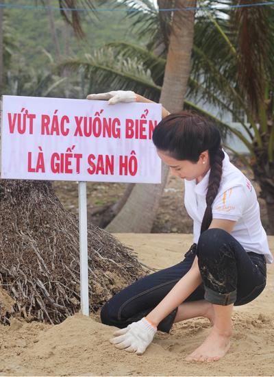Trước khi lên đường đi thi, Nam Em có dự án làm sạch môi trường tại đảo Nam Du, Kiên Giang. Cô cùng người dân phân loại rác, dọn sạch một số bãi biển.