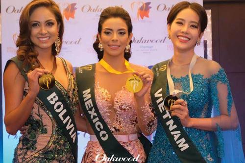 Cô bất ngờ giành tiếp huy chuơng back phần thi Trình diễn Trang phục dạ hội với bộ váy xanh của NTK Thuỷ Nguyễn.