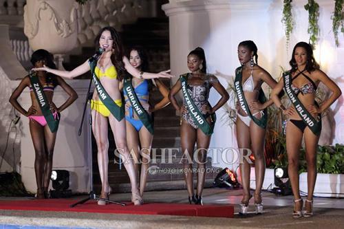 Nam Em khoe vóc dáng trong phần thi bikini ngày 23/10.