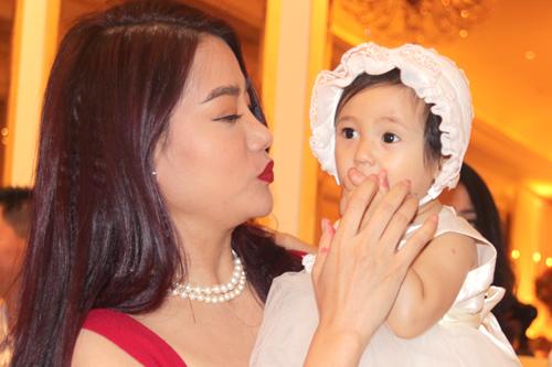Diễn viên Trương Ngọc Anh liên tục cưng nựng cô bé Vi