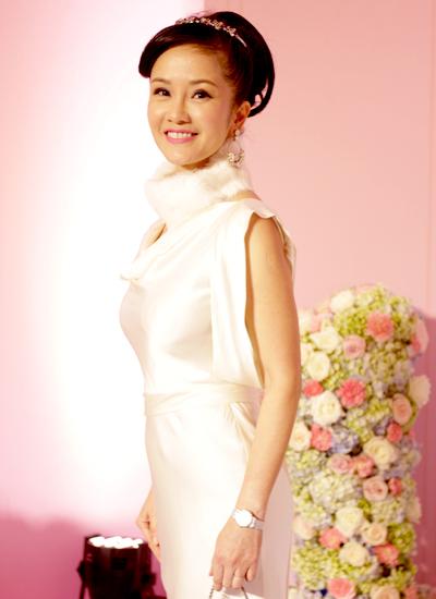 Ca sĩ Hồng Nhung là MC của bữa tiệc.