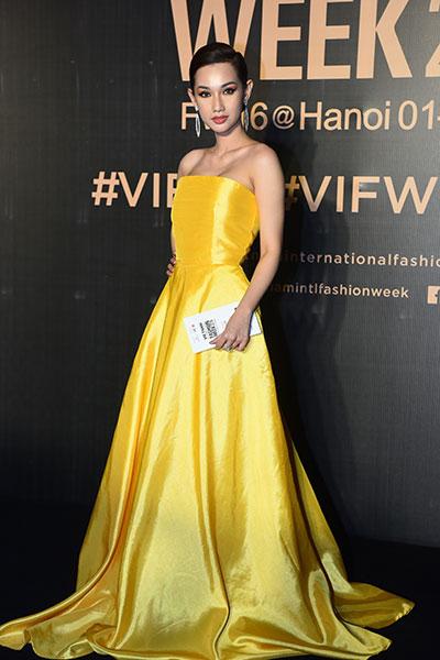 Quỳnh Chi diện đầm vàng cúp ngực.