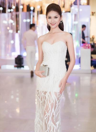 Á hậu Thùy Dung khoe vai trần trong bộ đầm dạ hội cúp ngực ôm sát.