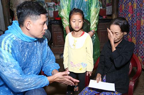 binh-minh-doi-mua-trao-qua-cho-nguoi-dan-vung-lu-2