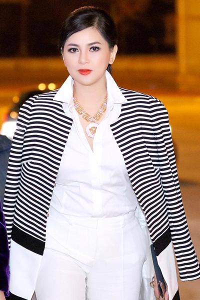Doanh nhân Thủy Tiên thanh lịch trong bộ trắng Versace và khoác phía ngoài chiếc áo Weill, nữ diễn viên đi cùng với  Hoa hậu Doanh nhân Người Việt Vũ Thúy Nga, doanh nhân Dương Quốc Nam   Từ bỏ ánh hào quang của  Vị đắng tình yêu những năm 90, diễn viên Thủy Tiên lui vào hậu trường của màn ảnh và trở thành người phụ nữ quyền lực nhất trong làng thời trang Việt.