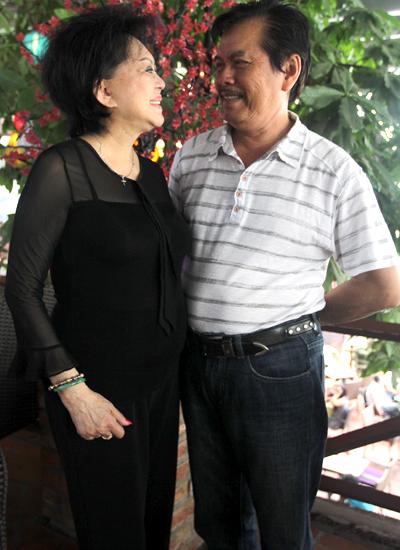 Họ chung sống êm ấm hơn 30 năm tuy không có con chung. Bà coi sáu đứa con của chồng như con mình.