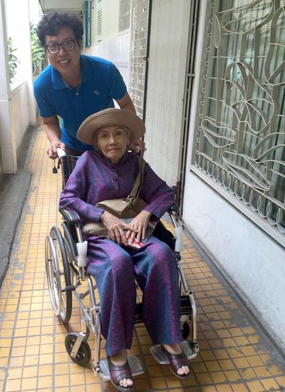 Nghệ sĩ Út Bạch Lan ở suất tập sân khấu cuối cùng vào ngày 24/10. Sau buổi này, bà trở bệnh nặng và nằm ở nhà đến khi mất.