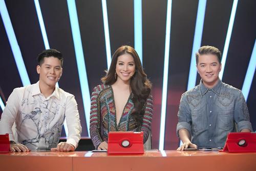 Cô hội ngộ hai giám khảo chính của chương trình thi nhảy dành cho người béo: ca sĩ Đàm Vĩnh Hưng (phải) và vũ công John Huy Trần (trái).