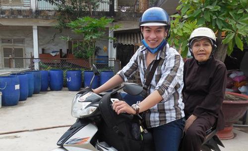 Nghệ sĩ Huỳnh Quý chở NSƯT Út Bạch Lan trong một lần đi trao quà từ thiện. Ở tuổi 80, bà vẫn tất bật với các hoạt động công tác xã hội. Ảnh: Thanh Hiệp.