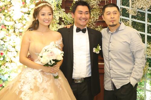 Victor Vũ - đạo diễn Tôi thấy hoa vàng trên cỏ xanh (phải) bên cô dâu Khánh Hiền và chú rể James Ngô.
