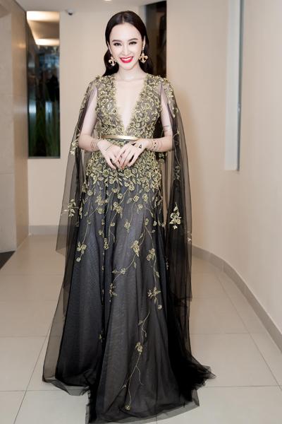 Angela Phương Trinh (phải) diện bộ váy xuyên thấu có họa tiết 3D với phần cắt xẻ sâu.